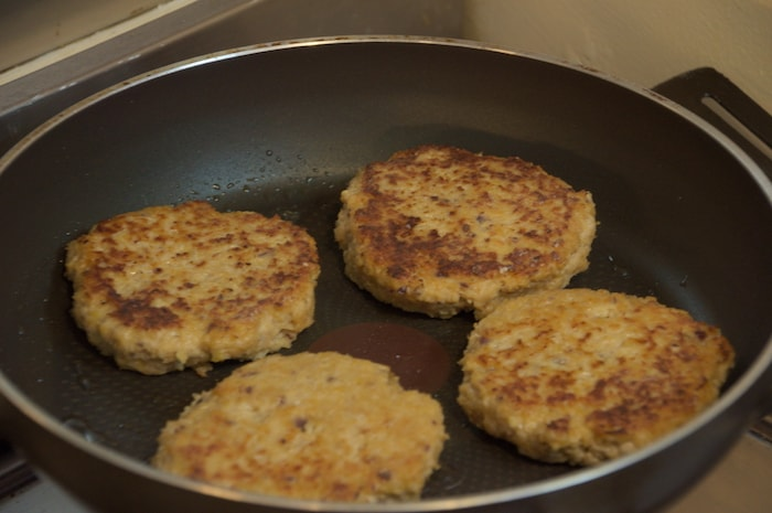 Kip-kikkererwtenburgers - in de pan