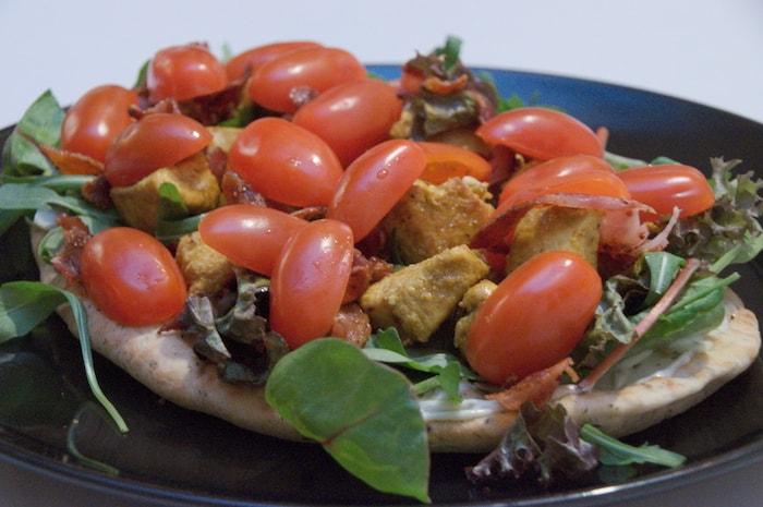 Naanbrood met kip, spek en tomaat