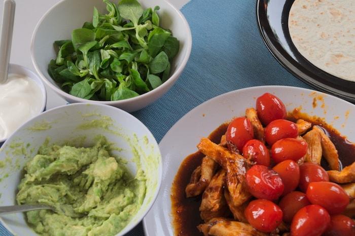 Spicy kipwraps met avocado op tafel