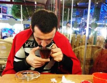 Yağmura hazırlıksız yakalanan Armin soğuktan dondu! Kartalda çay içerek ısınmaya çalışıyor.