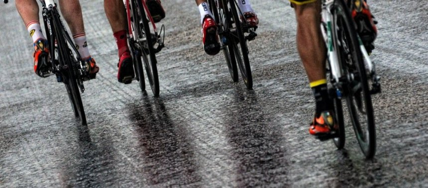 TUR2014, 4. etaba damgasını asıl vuran bir anda bastıran ve yarışı neredeyse durduracak kadar kuvvetlenen yağmurdu. Peloton bayağı zorlanmış, kazalar olmuştu. )Fotoğraf: SteepHill.TV/@veloimages)