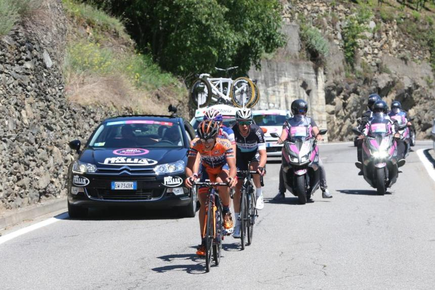 Giro2015_stage17_chase_group
