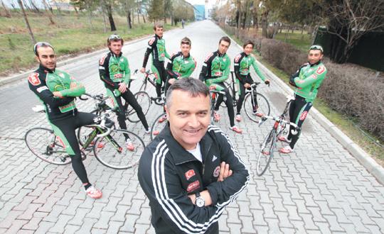 Sportif Direktör Mehmet Şafakçı evlatlarım diye hitap ettiği sporcuları ile birlikte.