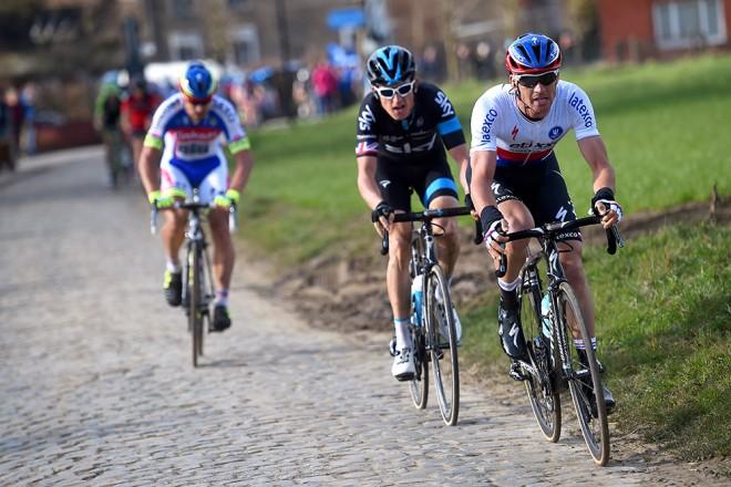 E3 Harelbeke 2015, yarışın bitmesine 5 km kala üç olağan şüpheli tek karede: Sagan, Thomas ve Stybar... Üçlü içinde doğru zamanda atak yapıp da yarışı kazanan isim Geraint Thomas (Team SKY) olmuştu.