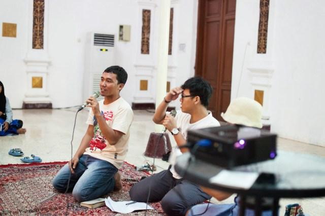 Cak Ikin dari Gathotkaca Studio, penyelenggara Surabaya AnimNation. Bersama MC, Oudysse Samodra dan Deasy Esterina. Foto: Erlin Goentoro