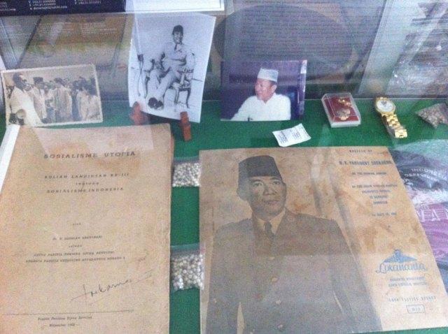 Kotak kaca berisi kenang-kenangan dari almarhum Bung Karno dan Haji Masagung untuk Oei Hiem Hwie. Foto: Kathleen Azali
