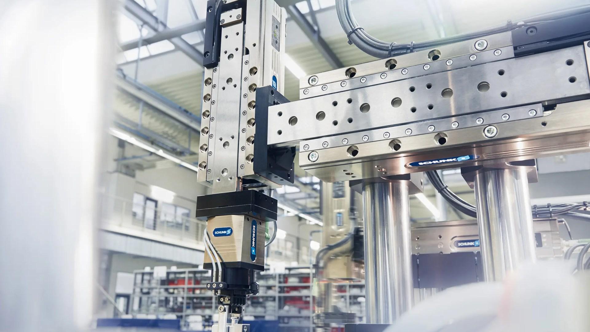 Sencillo e inteligente: el primer eje compacto de 24 V a nivel mundial  con función de aprendizaje automático y controlador integrado