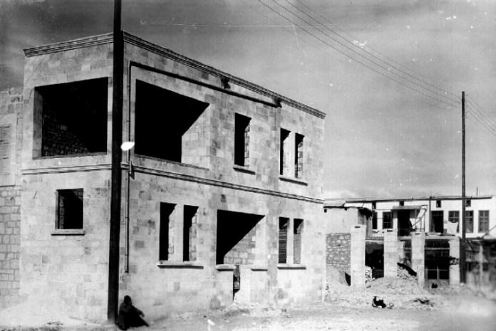 Resim 3. Göçmen bir aile için inşaat halindeki yeni bir ev, 1930. Sokağa bakan pencereleri ve elektrik erişimiyle, bu inşa projesinin modern doğasını açığa vuruyor. Kaynak: AGBU, Paris Nubarian Kütüphanesi, Fransa.