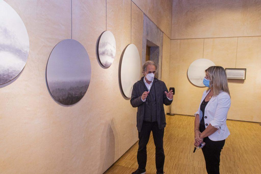 El artista explica su obra a la concejala de cultura