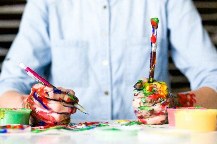 Artista pintando en su mesa de trabajo