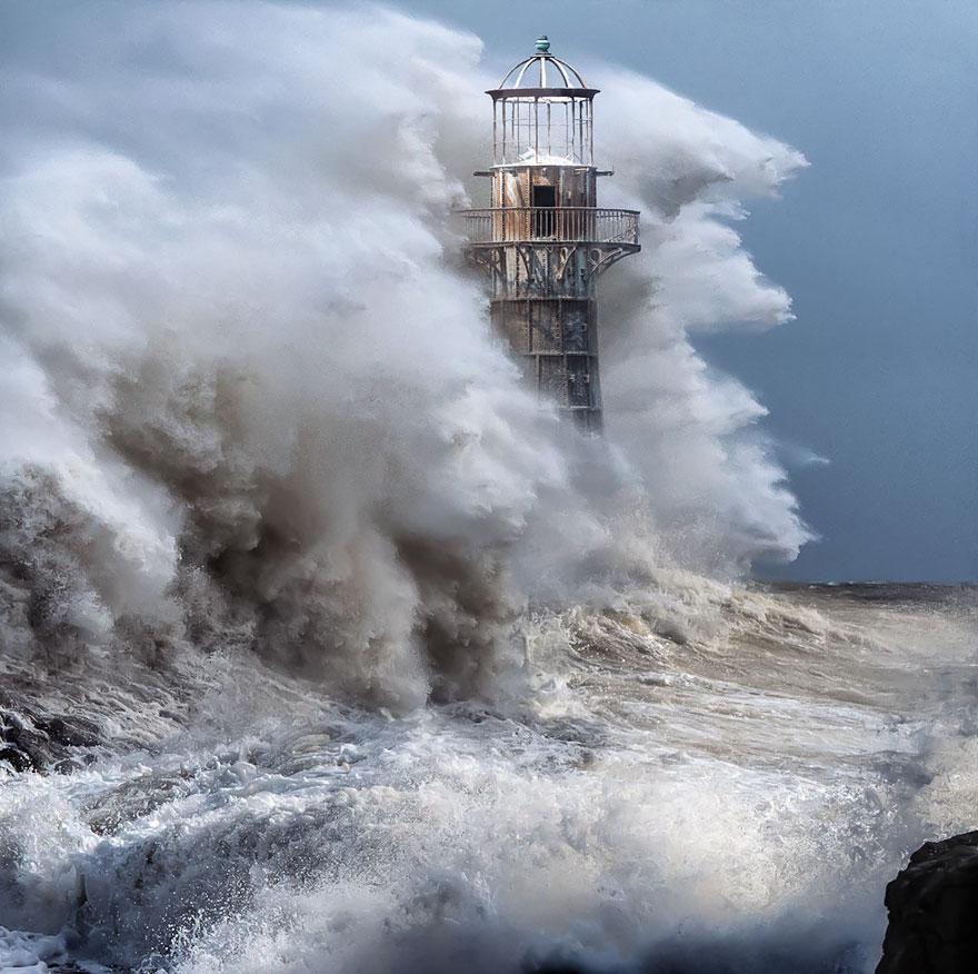 Mercusuar Terindah di Dunia - Gambar Foto Lampu Mercusuar dari Cast-Iron Lighthouse, Whiteford, UK - Fotografi oleh..