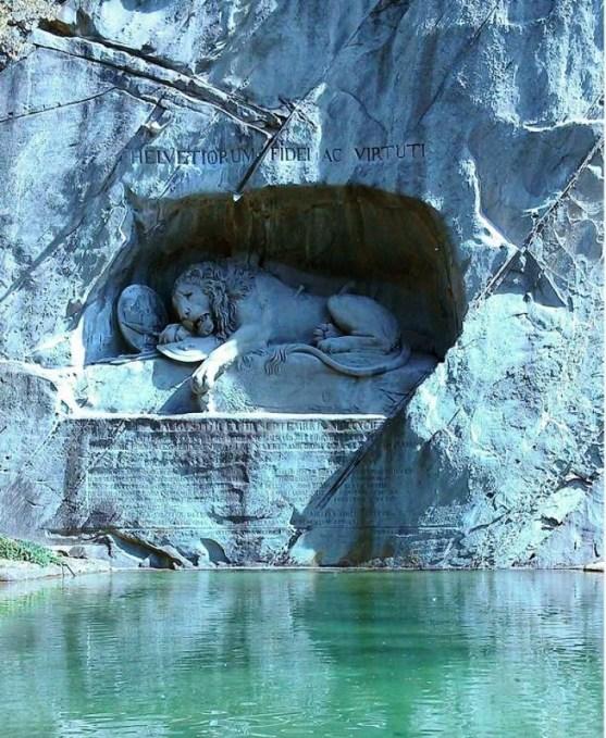 Foto Luar Biasa Yang Belum Pernah Anda Lihat - Gambar-Foto-patung-singa-yang-terluka-dalam-perang-revolusi-perancis-Luzern-Swiss
