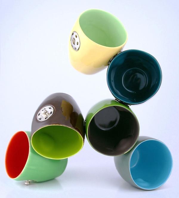 24 Contoh Mug Cangkir Desain Kreatif Original - Contoh Desain Mug Cangkir Kreatif Unik Original - Snap Cups 2 bergandengan nempel pake kancing