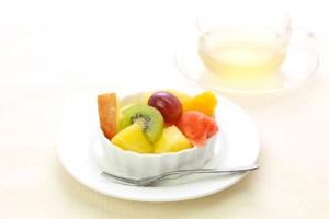 フルーツを食べる