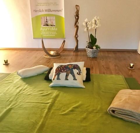 Decke mit Kissen und Orchidee