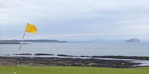Jouer au golf dans le vent
