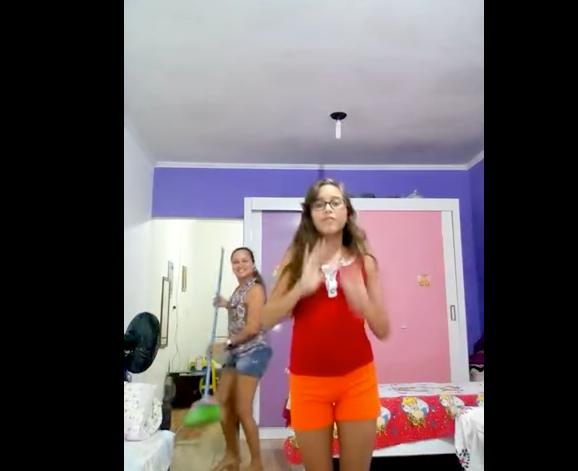 94a982db09c4 Madre imita baile de su hija y se vuelve viral | Periodico La Pista