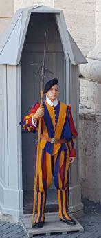 Les fameux Gardes Suisses, encore habillés de leur costume dessiné au XVIème siècle, selon la légende, par Michel-Ange et qui veillent sur le Pape depuis cette époque.