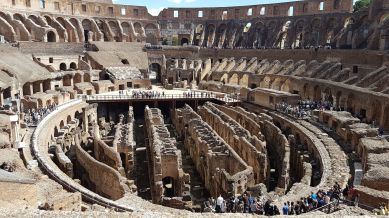 L'arène, quant à elle, était composée d'un plancher en bois recouvert de sable. En-dessous de nombreuses galeries abritaient les ménageries et divers équipements nécessaires au bon fonctionnement du Colisée.