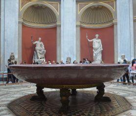 La « baignoire » de Néron, toute en porphyre rouge et taillée d'un seul bloc, posée sur une superbe mosaïque.