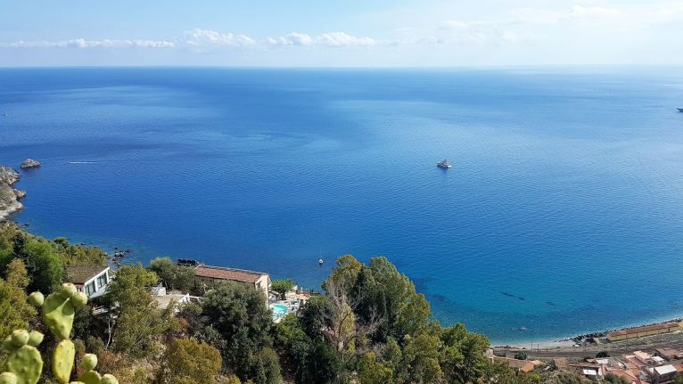 Azadi, tout petit, au mouillage sous Taormina