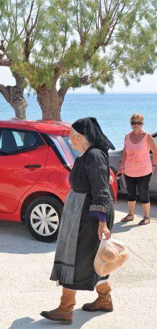 Brigitte dubitative devant la mode grecque... fan des bottes peut-être ?