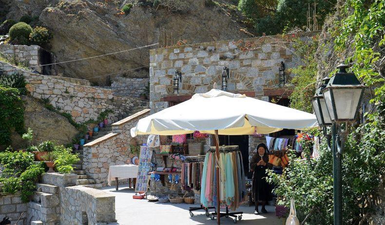 Maria devant sa boutique