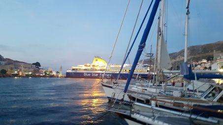 Monstrueuse manoeuvre de ce ferry à l'entrée du port...
