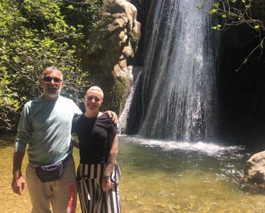 Au pied de la cascade dans les gorges de Richtis