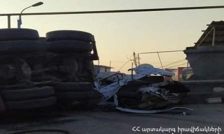 Երևանում բեռնատարը շրջվել է ավտոմեքենայի վրա. կա զոհ և վիրավորներ