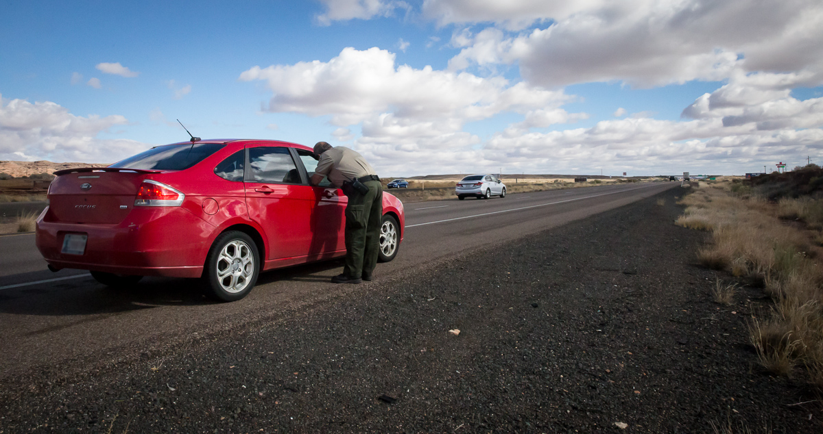 A Navajo County Sheriff reserve deputy makes a traffic stop in Holbrook, Arizona on November 22, 2016, in an effort to find and seize drugs along Interstate 40. Navajo County uses forfeiture money to fund the salaries of its drug task force. (Photo by Emily L. Mahoney/Arizona Center for Investigative Reporting)