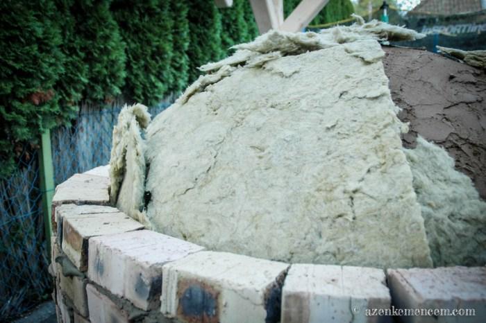 Készül a kemence falának szigetelése