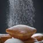 A beignet szögletes formájú és alaposan megcukrozzák