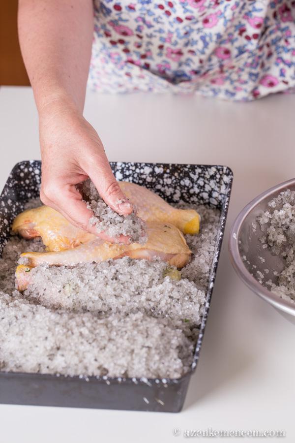 Sóban sült csirkecombok - sómassza a combokon