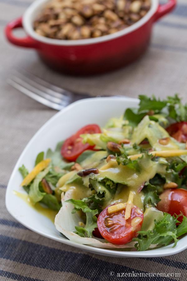 Saláta édes mustáros öntettel és pirított fenyőmaggal