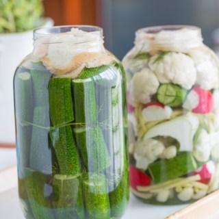 Kovászos uborka és kovászolt zöldségek