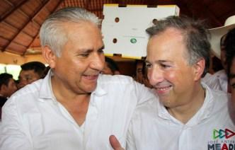 Raciel López Salazar salutación con Pepe Meade