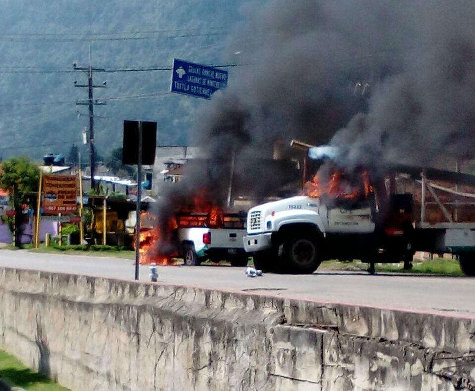 queman camiones de la CFE y de Coca Cola