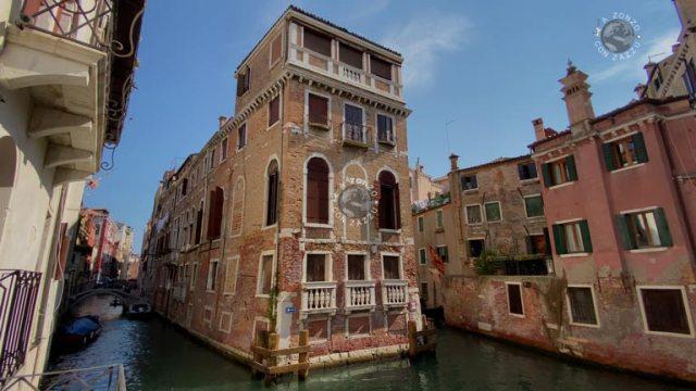 Con la pancia piena, passando davanti alla Casa di Marco Polo, passando dal ponte dei Conzafelzi arrivo ad una casa che è circondata da tre lati da acqua ed è l'unica appunto in tutta Venezia che presenta questa caratteristica.