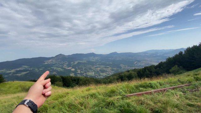 Noi decidiamo di prendere la via per il bosco per arrivare fino al monte Gazzaro a 1125 metri. Nell'immagine sotto il panorama su monte Gazzaro.  Via Degli Dei Trekking CAI Appennino Camminare Cammino Sentiero Italia Cammino Bologna Firenze A Zonzo Con Zazzu Gianluca Stefanelli San Luca Portici