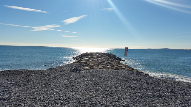 © Azurka. Зимний пляж в Сен-Лоран-дю-Вар
