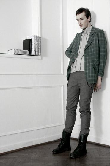 Saco con pattern escocés, t-shirt y pantaón - Ladrón de Guevara