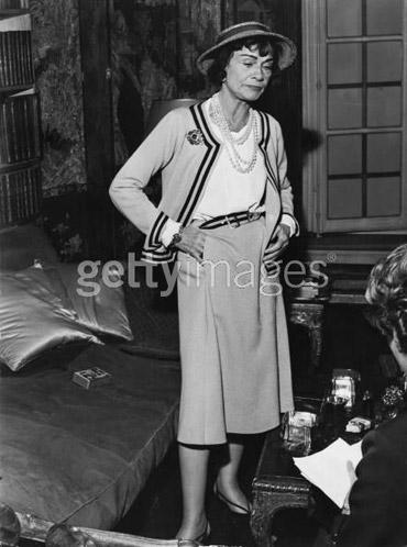 Gabrielle 'Coco' Chanel en uno de sus típicos trajes