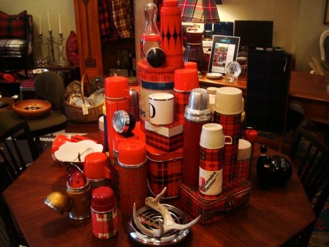 Termos y todo tipo de objetos con cuadrillé en una tienda de Andersonville, Chicago