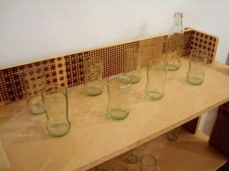 Más vasos con botellas, esta vez con envases de gaseosa descartables