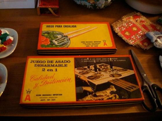 Juegos de cubiertos vintage en Souvenir. Foto.