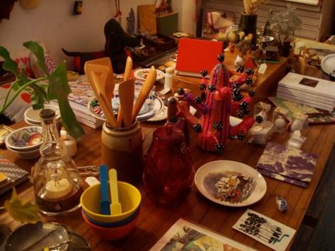Mesa de pequeñas curiosidades