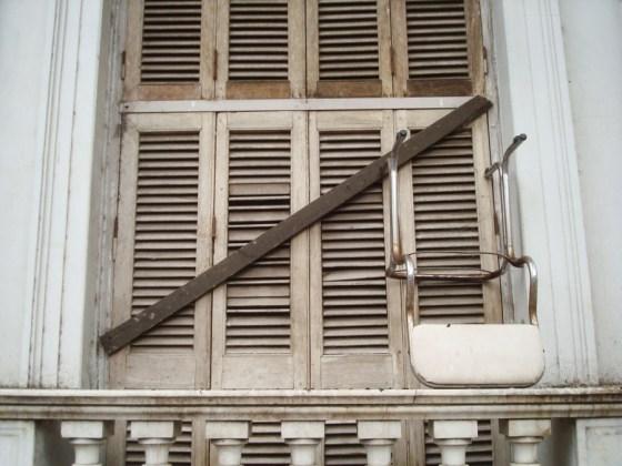 Sosteniendo una ventana de Paraná. Foto.