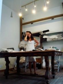 María Alejandra Gotelli en su taller en el showroom