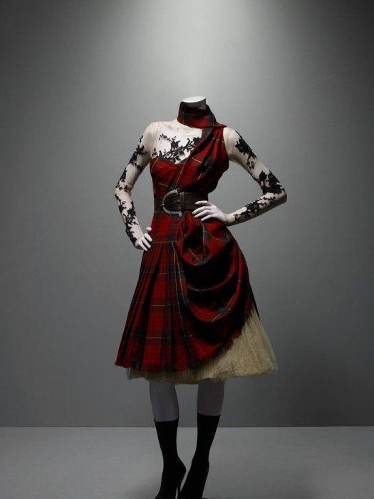 Vestido de la colección Widows of Culloden, en referencia a los levantamientos Jacobitas del siglo XVIII (2006-2007). Foto.